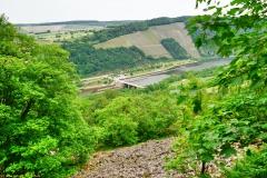 Aussichtspunkt an den Geröllhalden mit Blick auf die Stauhaltung Serrig/Saar